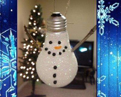 Lampadina a pupazzo di neve di Natale da appendere all'albero.