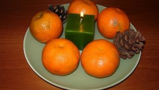 Centro tavola con agrumi e candele