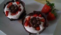 Cestini di cioccolato creati con i palloncini e ripieni di mousse alle fragole