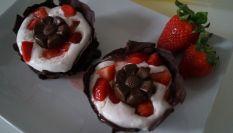 Cestini di cioccolato con mousse alle fragole