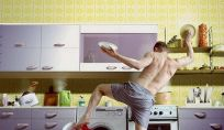Uomini casalinghi che gestiscono la casa e la famiglia