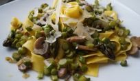 Foto ricetta di pappardelle con asparagi e funghi