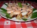 Antipasto di palline di fave e ceci con gamberi