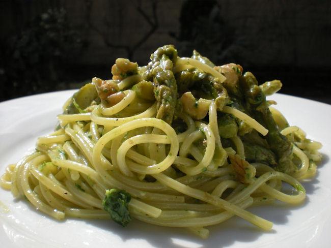 Pasta con asparagi e noci