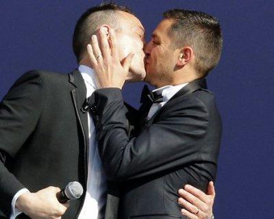 Montpellier: celebrato il primo matrimonio gay della storia francese. Lanciati fumogeni di protesta.