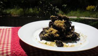 Spaghetti al nero di seppia con pane croccante