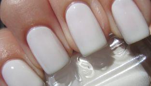 Smalto bianco per unghie al top: new trend