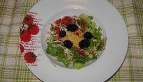 Insalata estiva con pomodori, germogli di soia, pollo e more