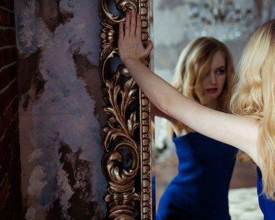 Adolescenza difficile vedersi brutti - Scimmia che si guarda allo specchio ...