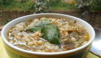 Zuppa d'orzo e carciofi: un piatto caldo e sano per tutta la famiglia