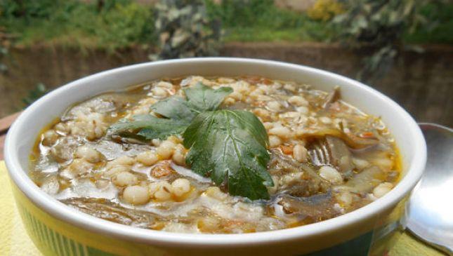 Zuppa d'orzo e carciofi: un gustoso piatto genuino