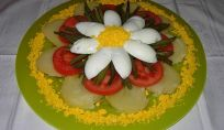 Insalata di patate con uova, pomodori e fagiolini