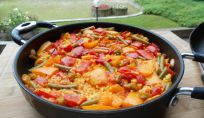 La ricetta della paella di pollo, un piatto spagnolo colorato