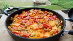 Paella di pollo per una cena spagnola a casa