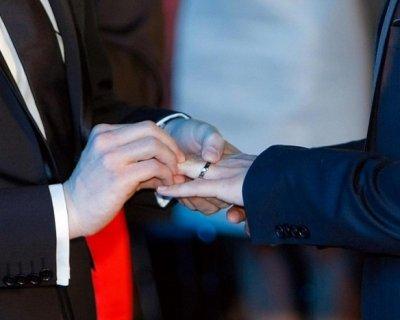 Unioni gay, diritti pari al matrimonio tradizionale