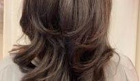 Capelli scalati per un hairstyle di leggerezza e volume