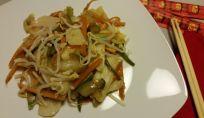 Gnocchi di riso cinesi con carote e zucchine