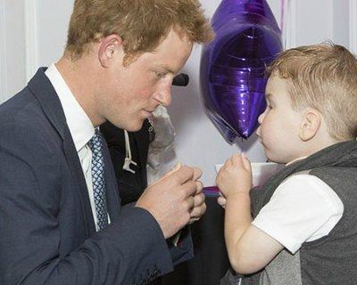 Il principe Harry premia il coraggio dei bambini