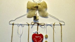 Ghirlanda natalizia realizzata con una gruccia di ferro