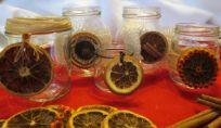 Candele natalizie fai da te realizzate con vasetti di vetro e arance
