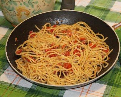 Spaghetti mediterranei con olive e pomodorini