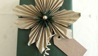 Fiori di carta come chiudipacco natalizi