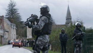 Charlie Hebdo: terroristi barricati con un ostaggio